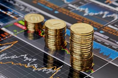 монеты на фоне графика