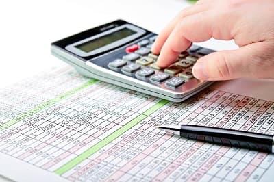 калькулятор и ручка, подсчет процента налога